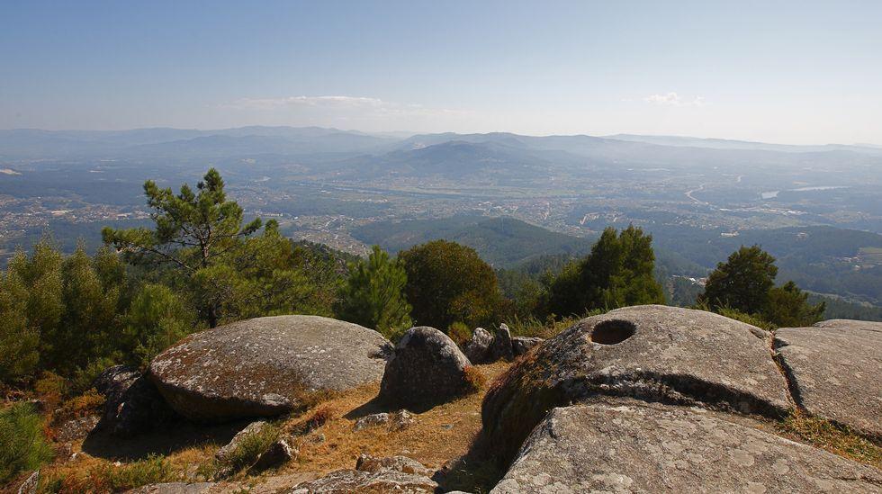 El Monte Aloia, próximo a Tuis, asoma a los valles del Baixo Miño y del río Louro. El estuario del Miño, la raia portuguesa y el océano