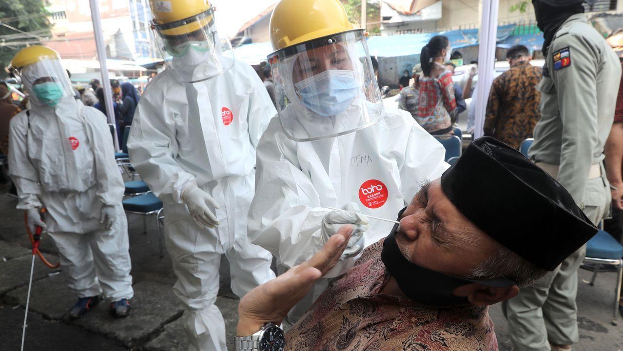 En Bogor, Indonesia, personal sanitario practica la prueba del coronavirus a un hombre