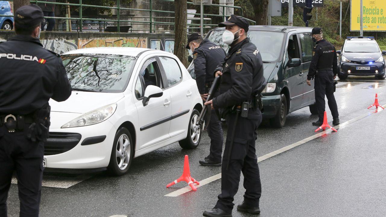 Agentes de la Comisaría de Ferrol-Narón del Cuerpo Nacional de Policía realizando un control de las normas covid en la carretera de Castilla