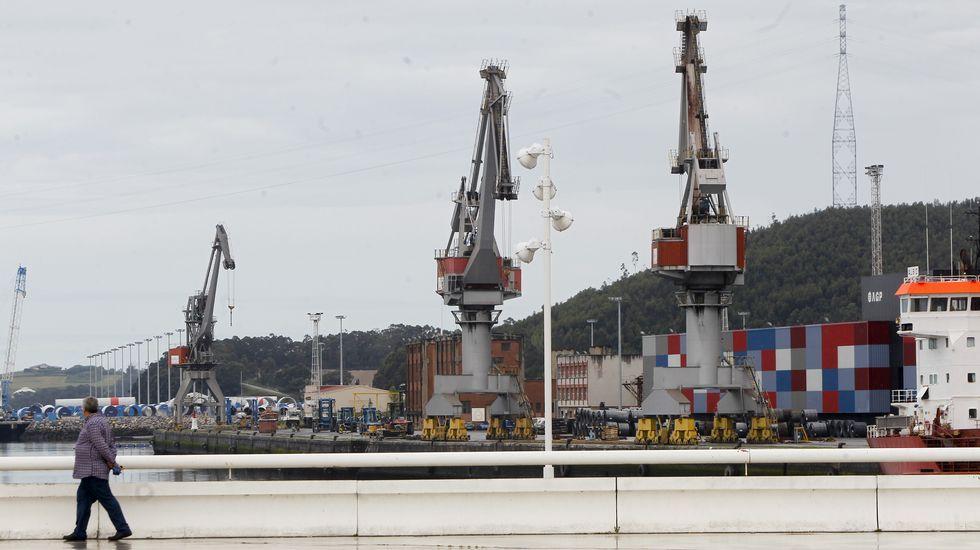 El buque Alonso de Chaves, de Salvamento Marítimo de Gijón.Central Térmica de Lada 2