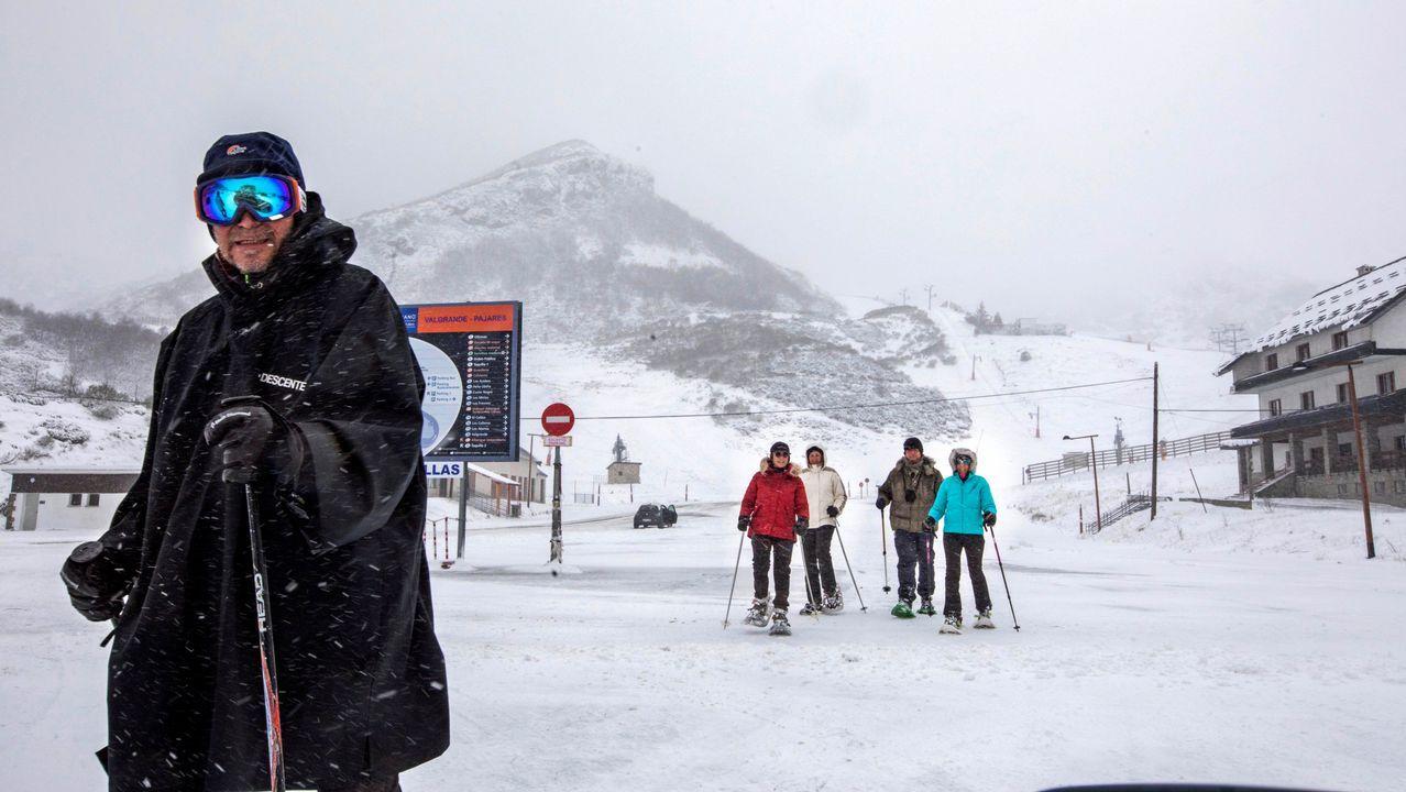 La nieve ya cubre Pajares.Un grupo de esquiadores en la estación de Valgrande-Pajares, en medio de la nevada