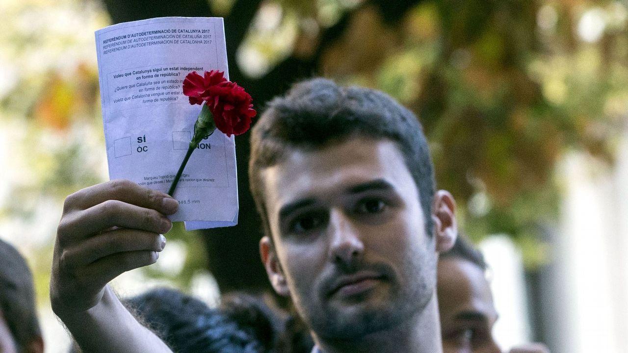 Un grupo de jóvenes manifestantes ante la consellería de Exteriores