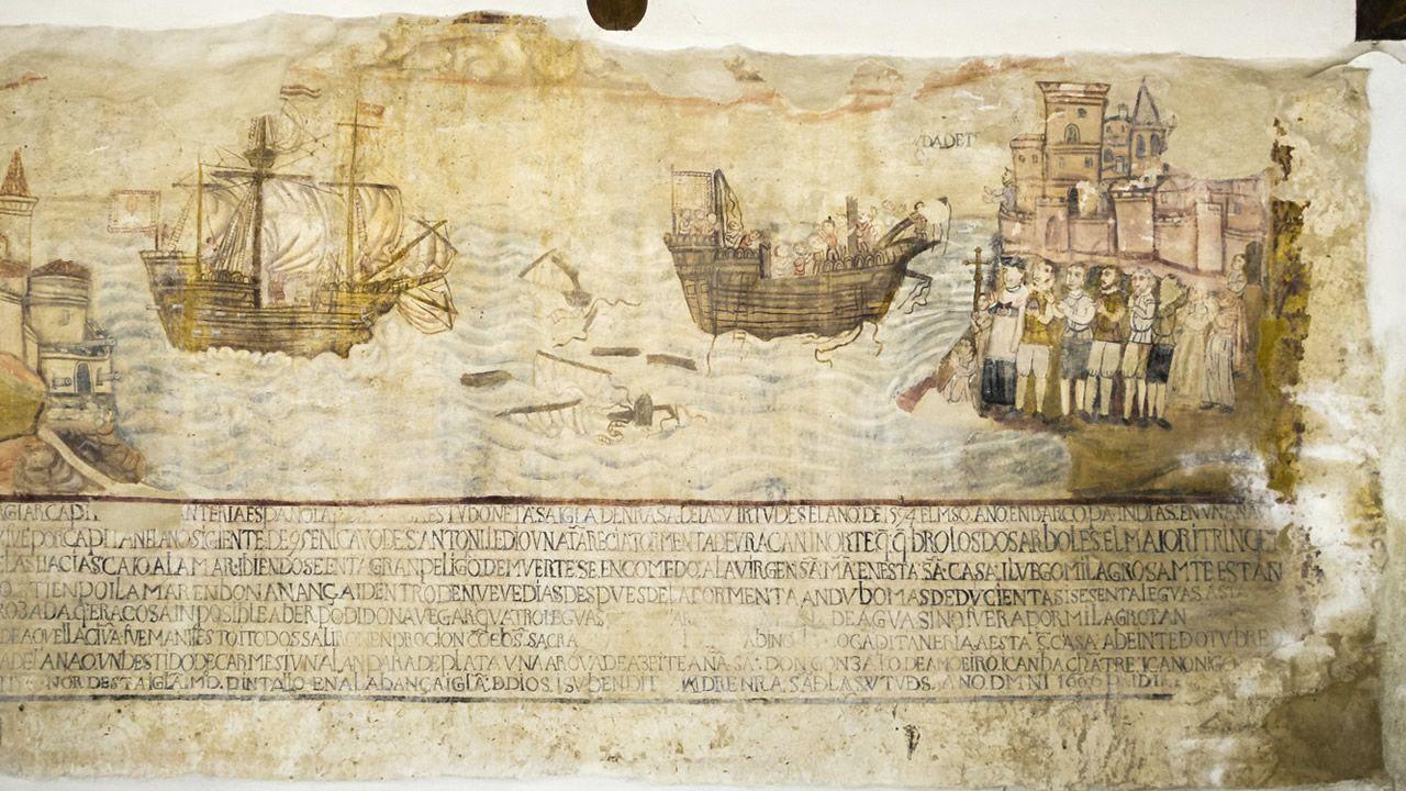 A la derecha se observa cómo la humedad avanza desde hace al menos dos años destruyendo el mural del santuario de A Ponte de Arante.