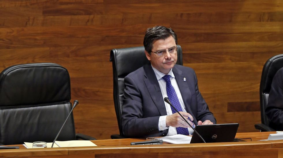 Antonio Pino y Javier Fernández se saludan durante una reunión para la concertación.Llamazares