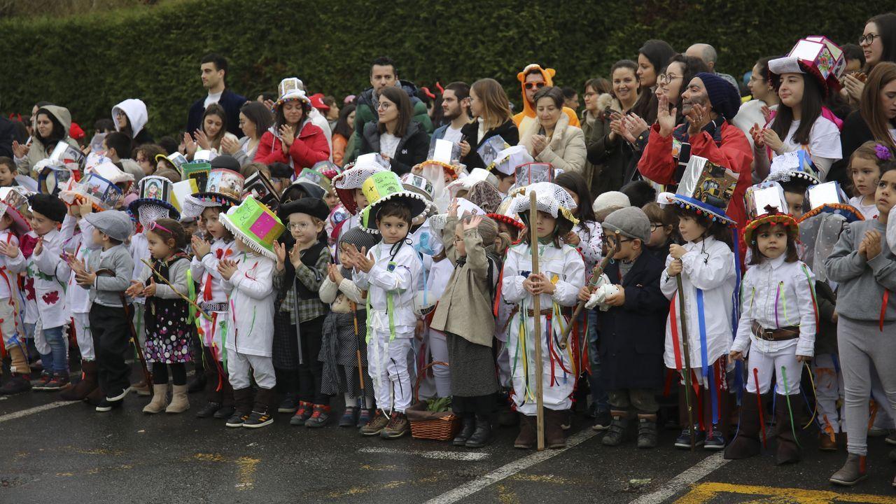 Troteiros de Bande en Santiago.Los trajes de los troteiros de Bande llamaron la atención en el carnaval que organizan los centros de enseñanza de Lamas de Abade (Santiago de Compostela) y que cada año, desde hace siete, se dedica a un carnaval tradicional. Desde Bande se desplazo un autobús con 50 troteiros, que participaron en la celebración en el patio del CEIP Lamas de Abade.