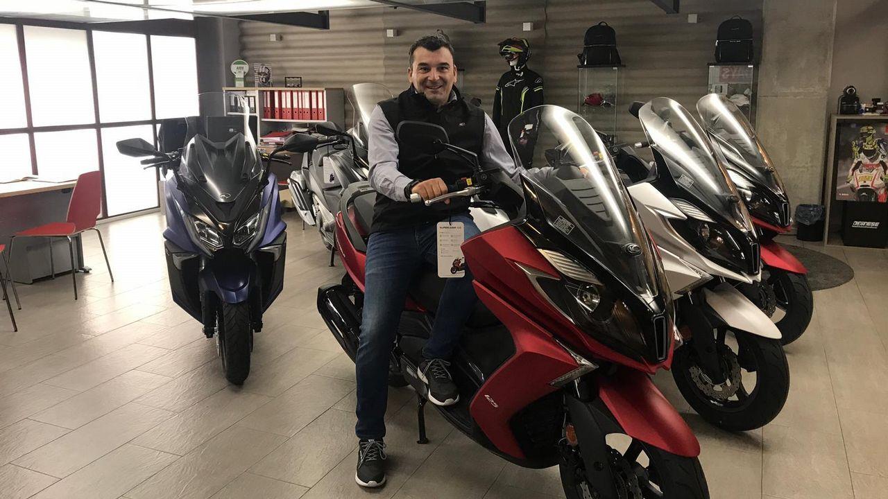 ¡Así de emocionante está siendo el fin de semana en Bértoa!.El gerente de Yáñez Coruña, Pedro Ignacio De María Castellanos, y la directora general de Volkswagen España, Laura Ros.