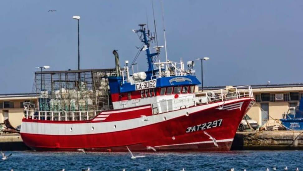 Catorce tripulantes y doce rescatados navegan en el pesquero español