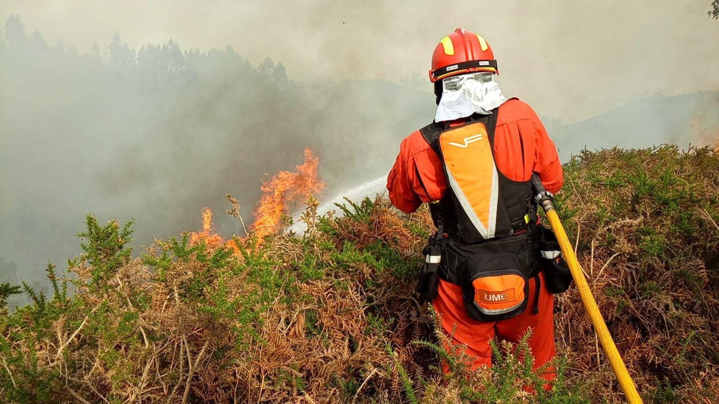 Efectivos de la UME en Naves realizadon labores de ataque directo al fuego con herramienta manual y autobomba