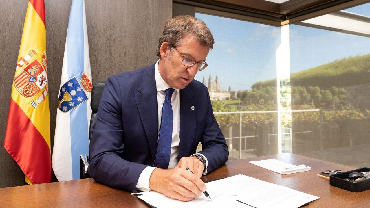 Feijoo firmando los nombramientos de los nuevos conselleiros, este domingo en Monte Pío