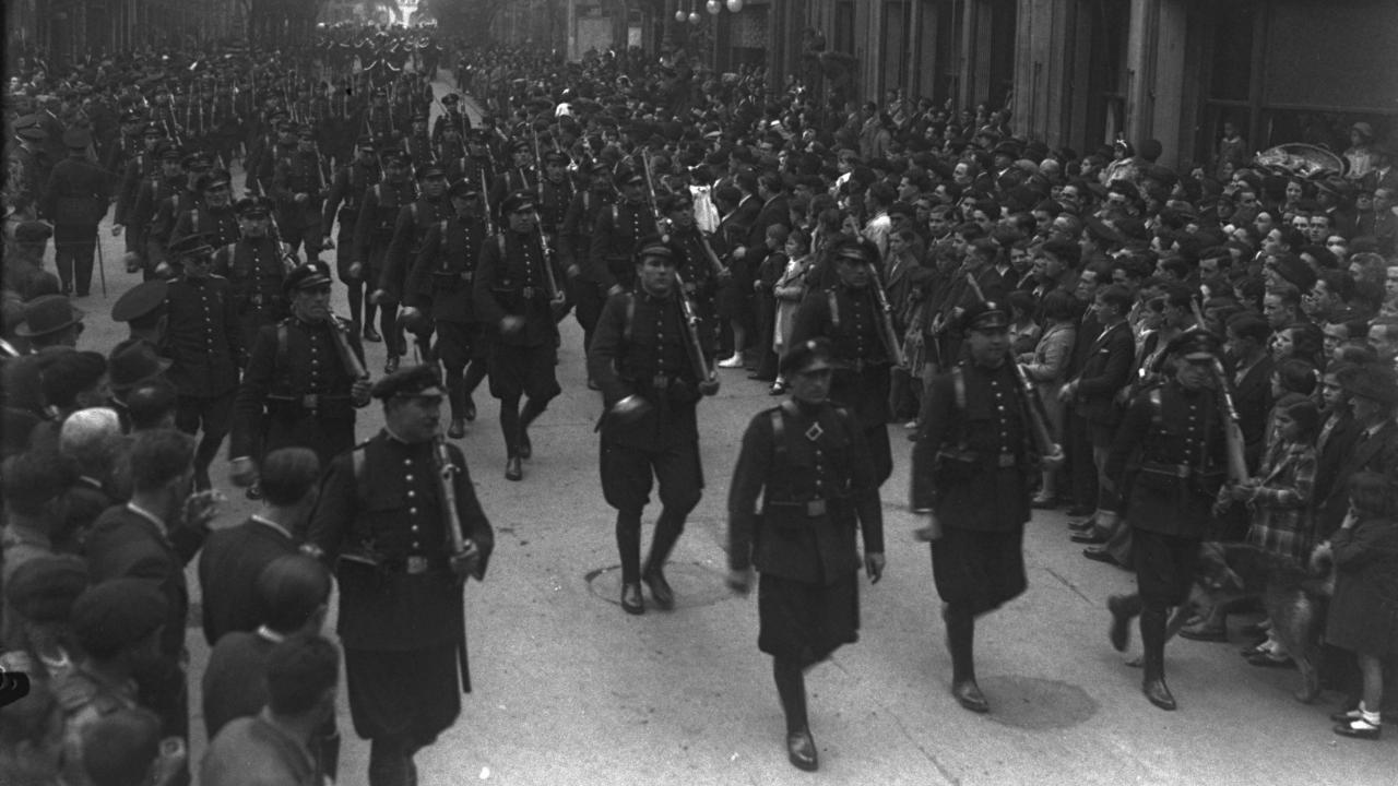 Esta fotografía también es del desfile de tropas, en concreto la sección de Asalto, de  la fiesta de la República del  14 de abril de 1934 y fue tomada por Constantino Suárez