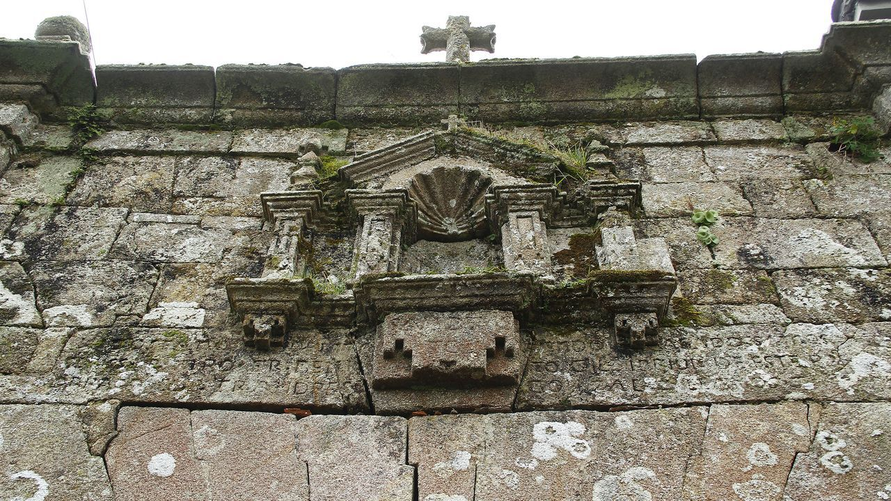 Detalle de la parte superior de la entrada del antiguo priorato de San Romao de Moreda
