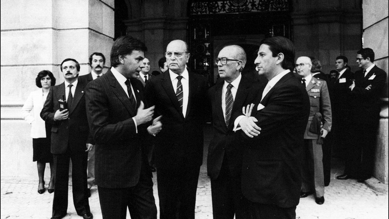 Felipe González, presidente del Gobierno, Fernandez Albor, presidente de la Xunta, Domingo García Sabell, delegado del Gobierno y Francisco Vázquez, alcalde de A Coruña, charlan a la entrada del ayuntamiento de A Coruña durante la celebración del día de las Fuerzas Armadas en 1985