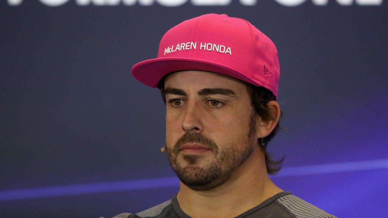 Alonso se despide por todo lo alto en Abu Dabi.El piloto español Fernando Alonso (d) posa para la foto oficial de la escudería McLaren, en Interlagos