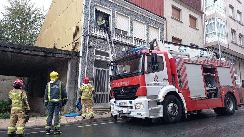 Momento en que los bomberos y la Policía Local de Chantada entran en la casa en la que vivían las dos mujeres