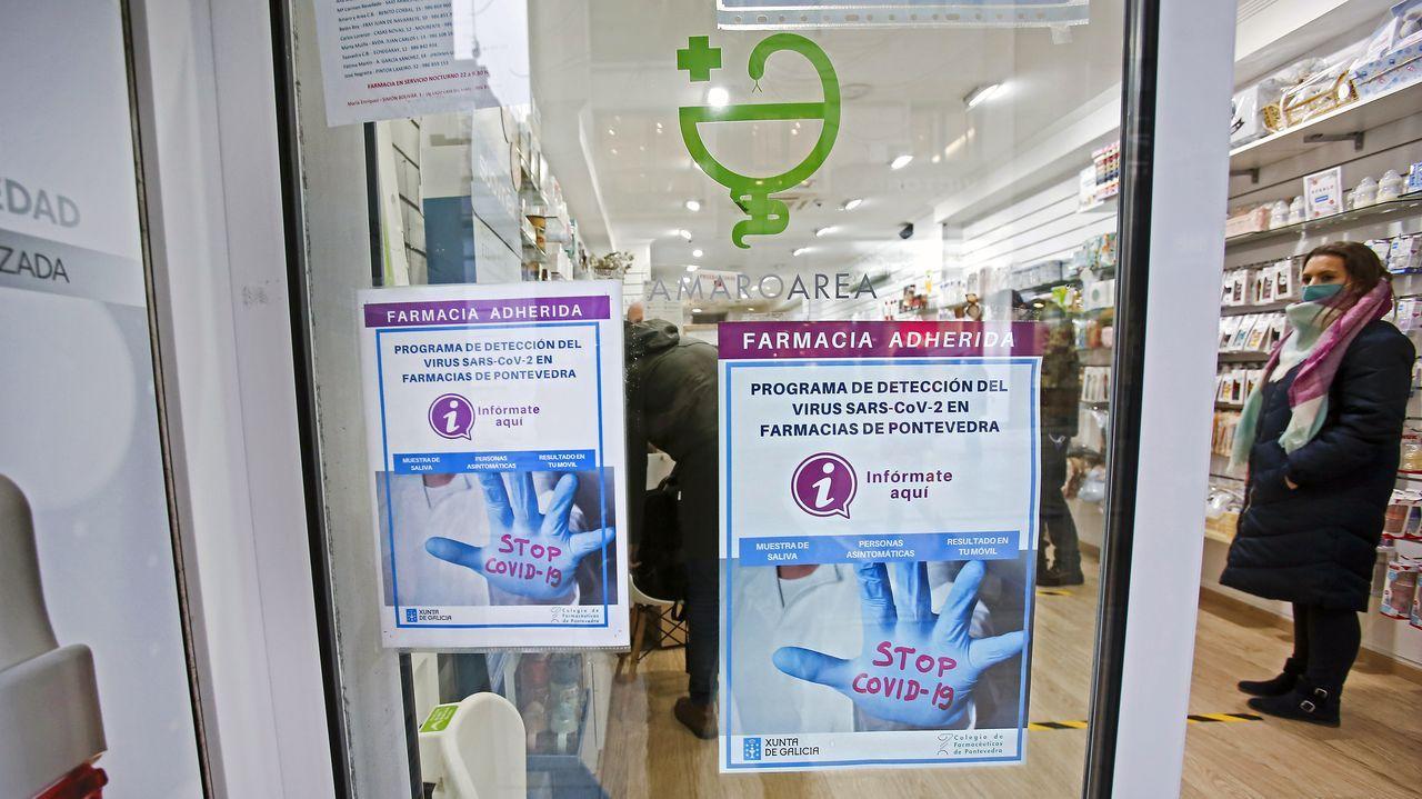 Un total de 381 farmacias de la provincia de Pontevedra participan en el programa de cribado. En la imagen, la botica de Amaro Area, en la ciudad