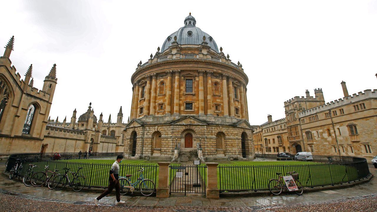 Un hombre camina ante uno de los edificios de la Universidad de Oxford