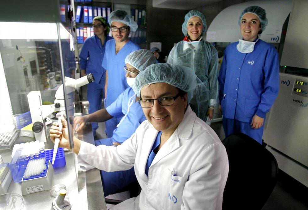 La ley española no permite «bebés de tres padres».Elkin Muñoz y su equipo de fecundación «in vitro» del IVI, el que más ciclos hace en Galicia.