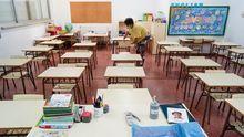 Preparación para las clases presenciales en un aula del colegio de O Couto, en Ourense