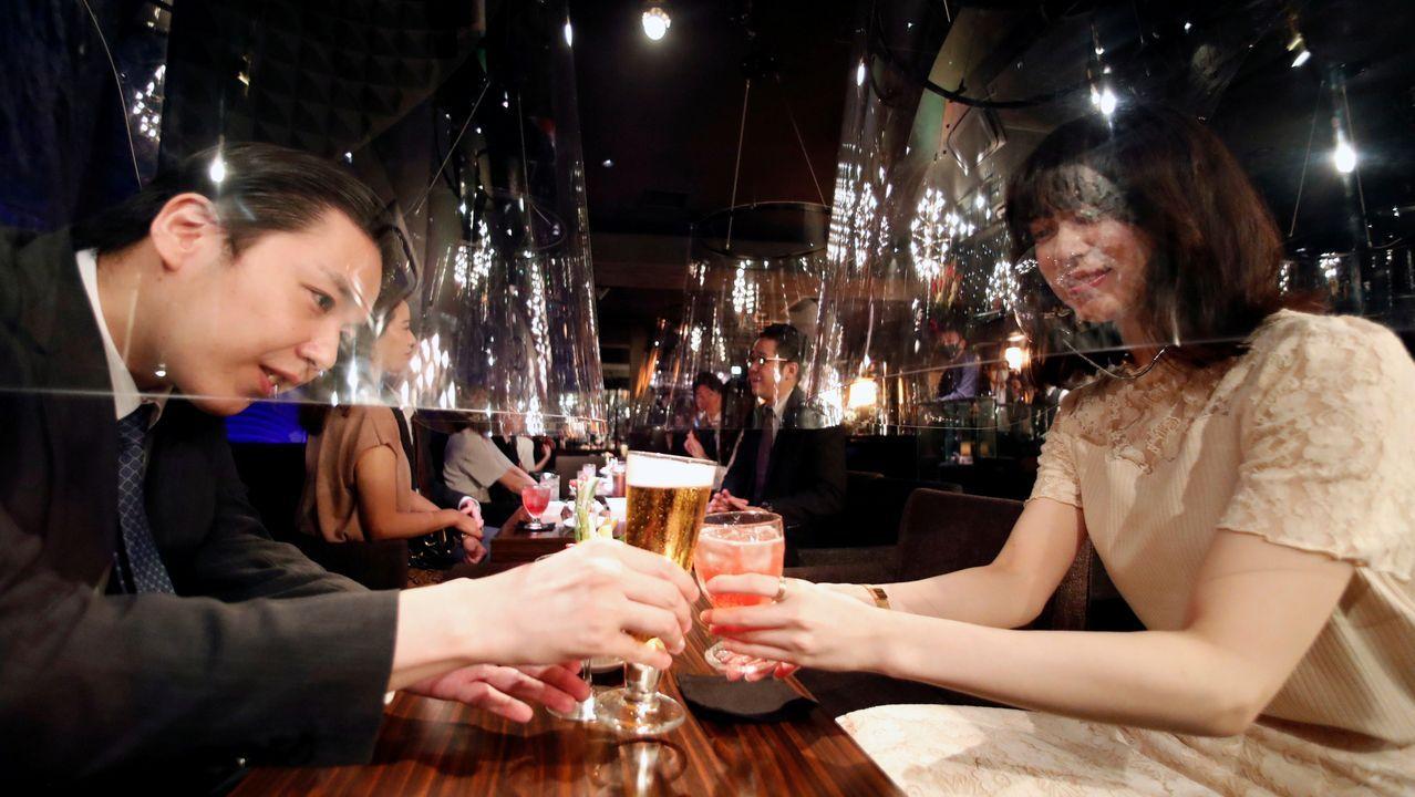 Un establecimiento de Ginza, en Tokio, utiliza pantallas acrílicas como medida de distanciamento social entre sus clientes