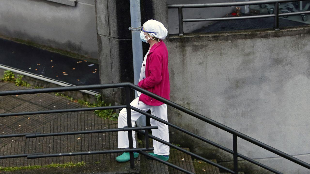 Una trabajadora, en el hospital Montecelo, en Pontevedra, donde este jueves hay 41 pacientes en planta y 16 graves en la uci