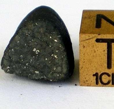 Imagen del asteriode Itokawa y de un grano de una de sus rocas, visto a través del microscopio