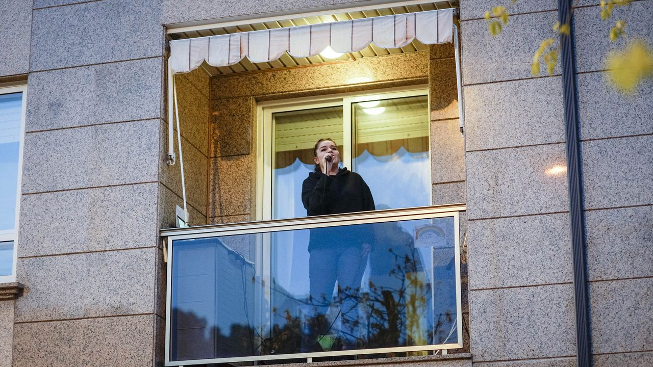 La ourensana Cristina Eiró canta cada tarde desde el balcón de su casa en la rúa Mestra Paz Sueiro