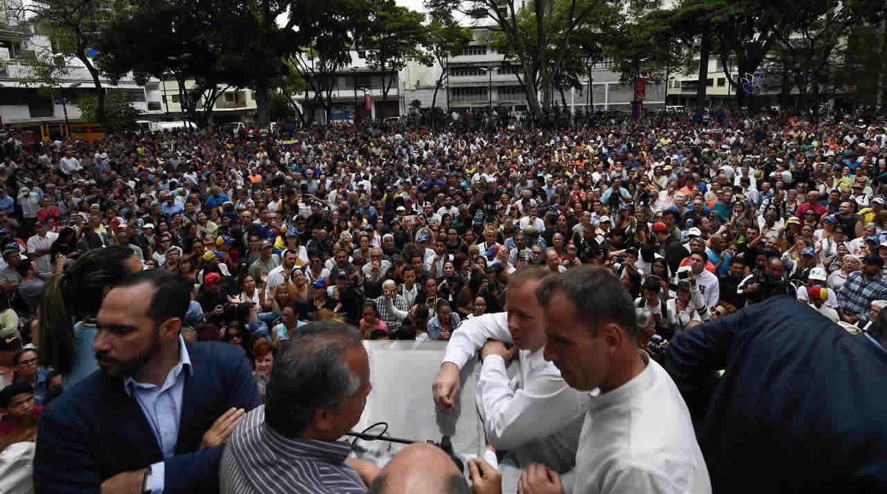 EN DIRECTO:Juan Guaidóaparece en públicotras su autoproclamación como presidente.Nicolás Maduro y Vladimir Padrino, ministro de Defensa, en un acto militar en Caracas