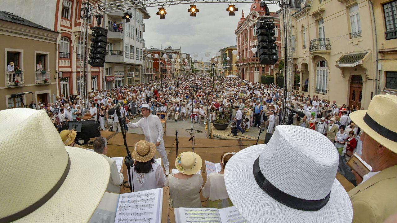 Asturianos con sombrero.Turistas de visita en el museo del Centro do Viño da Ribeira Sacra