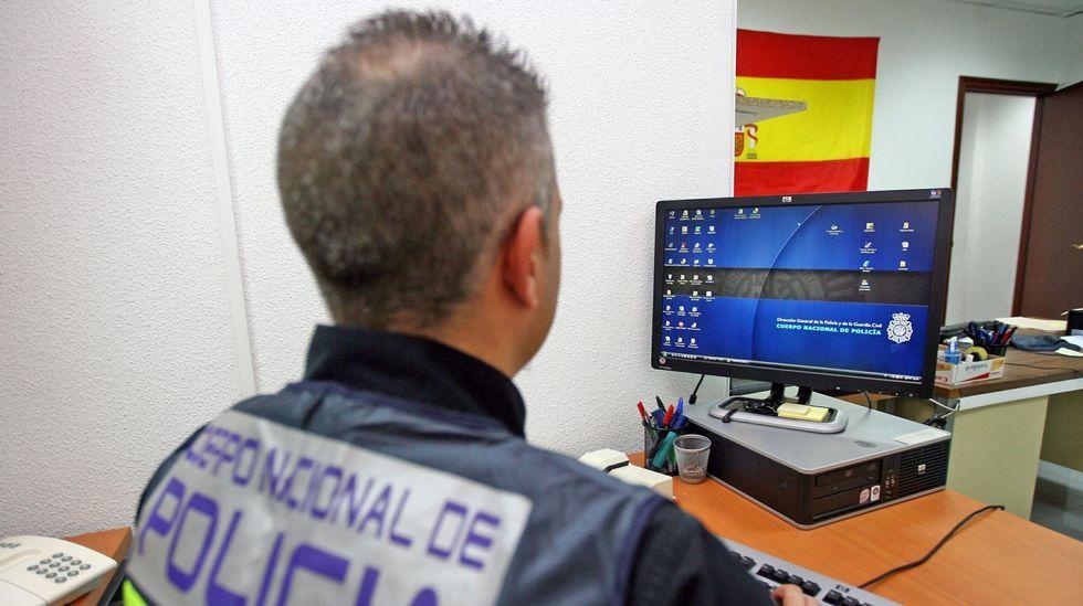 Imagen de archivo de un agente de una unidad especializada en delitos cometidos a través de Internet