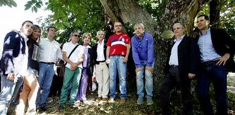 Las Campanadas de Mediaset con Estrella Galicia, Santi Millán y Jesús Bonilla.El actor y la fundadora de «Érguete» posaron delante de uno de los castaños de la Ruta do Talento de Riós.