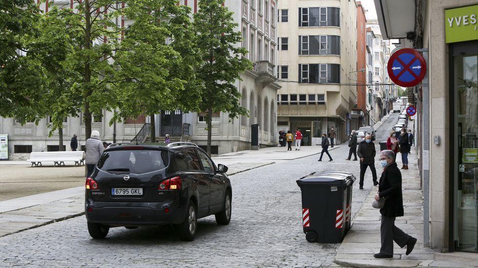 Vehículo adentrándose ayer por la calle Rubalcava en el área peatonalizada de la plaza de Armas