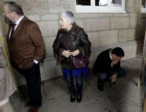 Gómez Besteiro, agachado leyendo un cartel, defiende la inocencia de López Orozco.