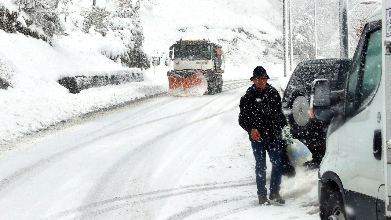 Los efectos de Gloria: ríos desbordados y pueblos aislados por la nieve.Aspecto que presenta el pueblo de Pajares a causa del temporal de nieve.