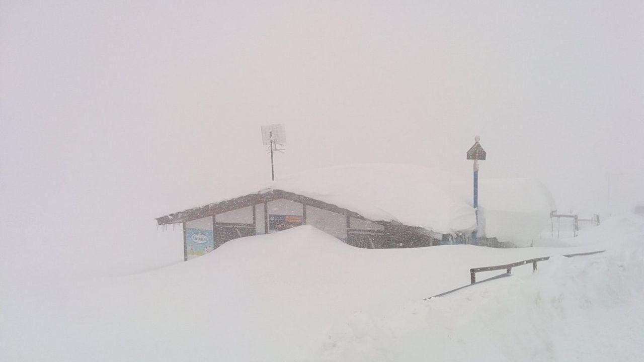 La nieve dificulta el tráfico en la autopista del Huerna.En Valgrande-Pajares la nieve apenas deja ver a través de las ventanas