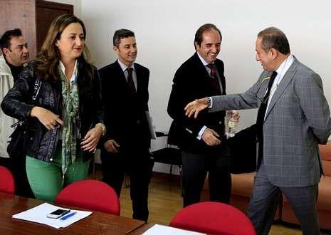 Príncipe saluda a los ediles del PP al inicio de la reunión de la comisión de investigación.