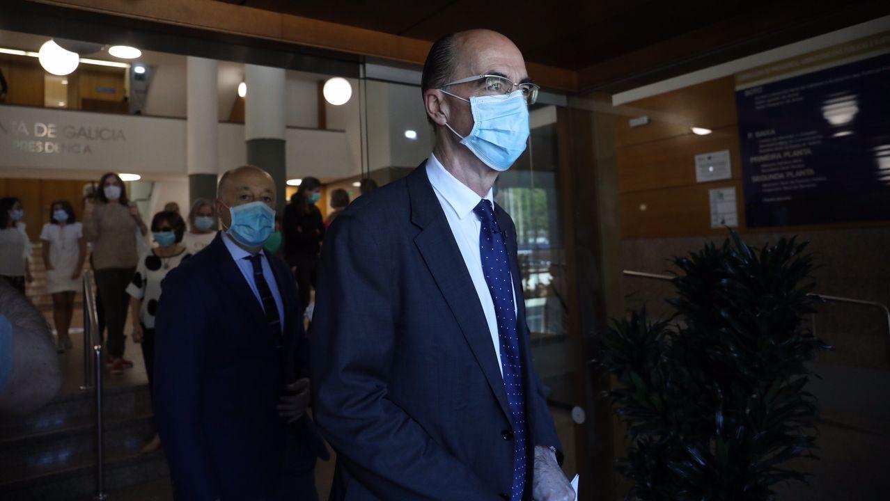 El conselleiro de Sanidade ha participado en la concentración y minuto de silencio en recuerdo de las víctimas del coronavirus en San Caetano