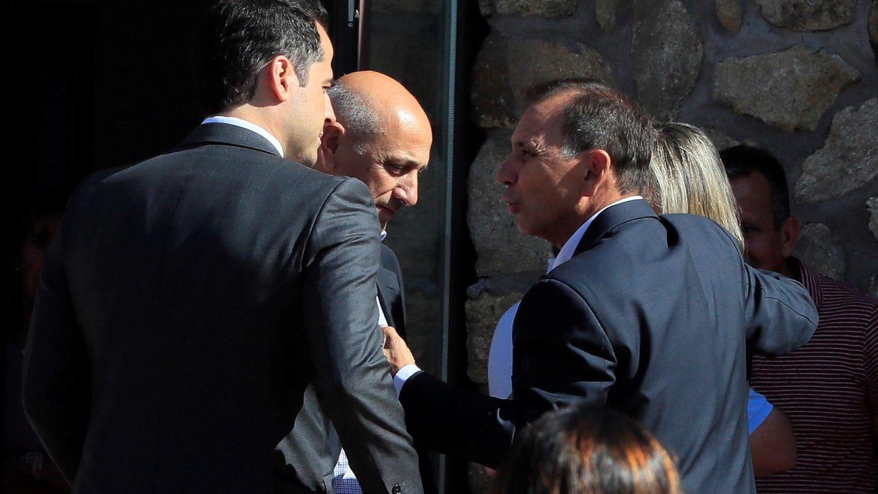 Adrian Federighi (derecha), cuñado de Blanca Fernández Ochoa, conversa con el vicepresidente de Deportes de la Comunidad de Madrid, Ignacio Aguado