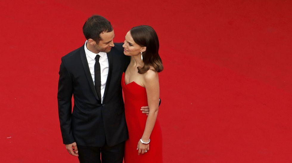 Natalia Portman, de Dior, con su marido Benjamin Millepied durante la alfombra roja