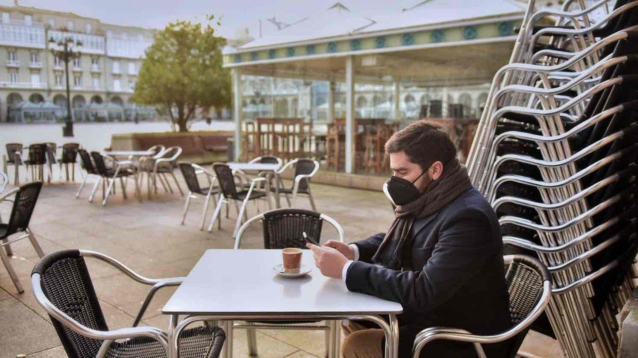 Primeros clientes en una terraza de A Coruña