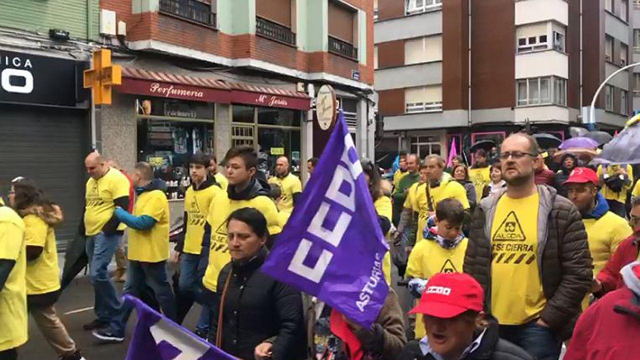 Ferrol agita el Día del Trabajo.Los trabajadores de Alcoa en la manifestación del 1 de Mayo en Mieres