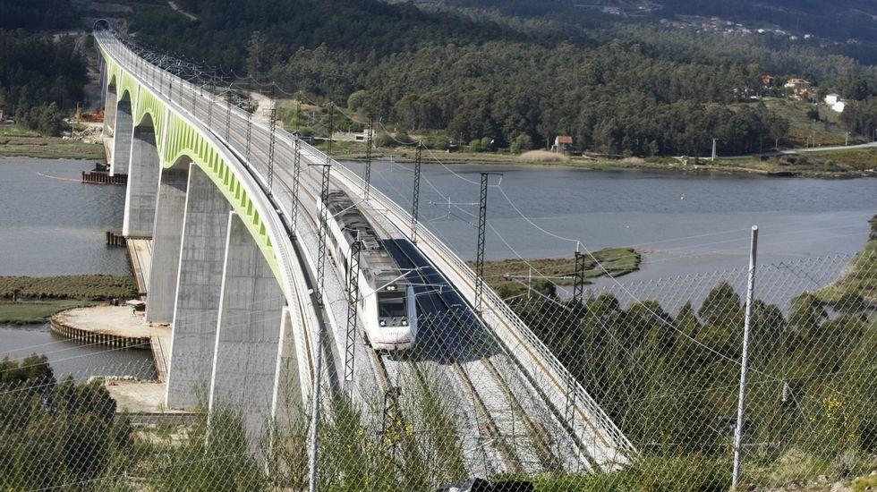Tren de alta velocidad a su paso por el viaducto del Ulla, en la ría de Arousa