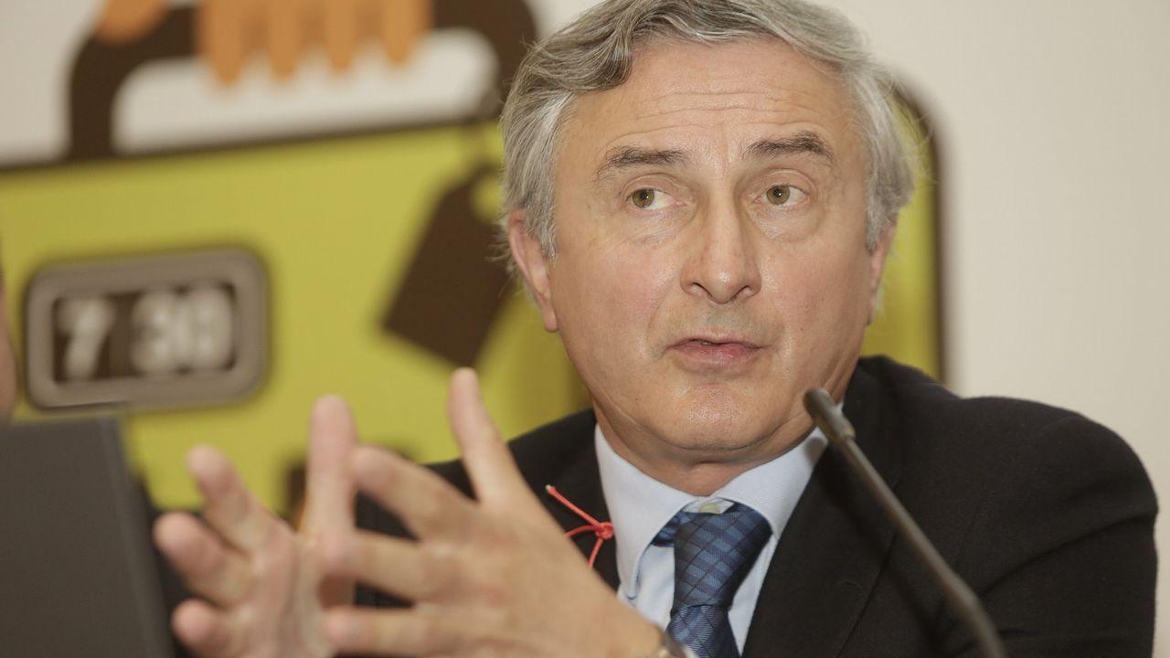 Benigno Redondo, en el centro de la imagen, es el presidente de la Federación Gallega de Estaciones de Servicio (FEGAES)