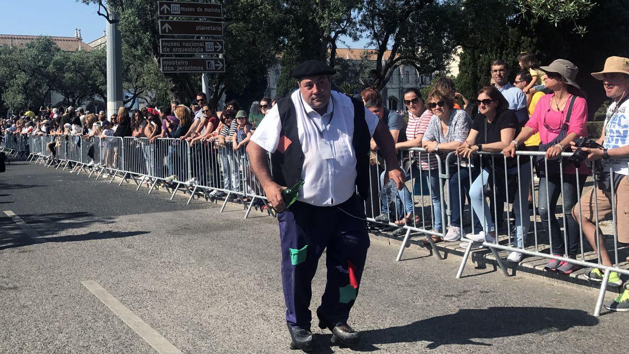 El personaje del borracho durante el desfile de la Máscara Ibérica en Belém