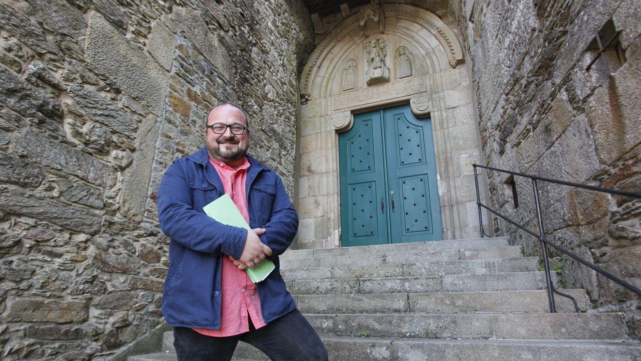 Manuel Gago na escalinata do Museo do Pobo Galego, en Santiago