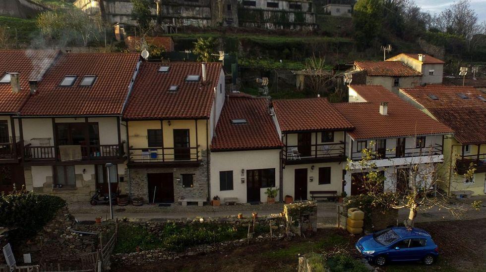 Vista de la calle Falagueira, con las viviendas rehabilitadas del lado de la Porta Nova