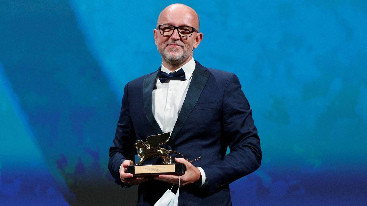 El director de marketing de Disney para Italia, Davide Romani, recibe el premio en nombre de la directora Chloe Zhao