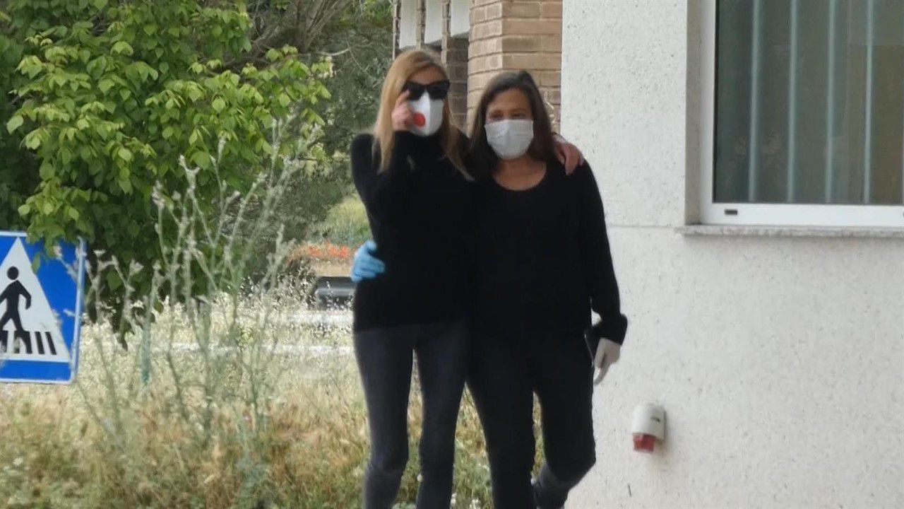 Ana Obregón junto a una de sus hermanas a su llegada a Madrid