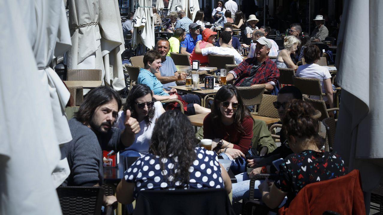 Las horas de permanencia en un bar de Betanzos tienen premio para los clientes.Camarera