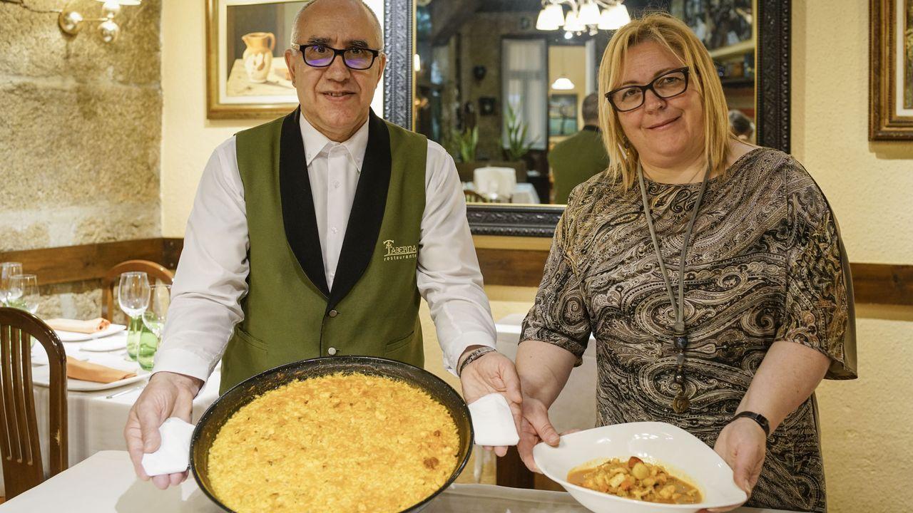 A TABERNA. Ángel López, sumiller, y Ana Ledo, jefa de sala del restaurante, junto a uno de sus arroces a banda.