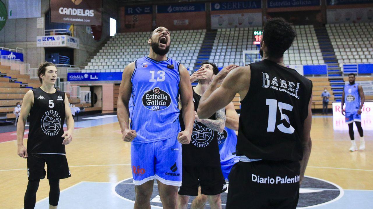 Kevin Larsen celebra una canasta con falta en el amistoso ante el Palencia Basket